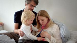 Szenenbild Eingeimpft - Familie mit Nebenwirkungen